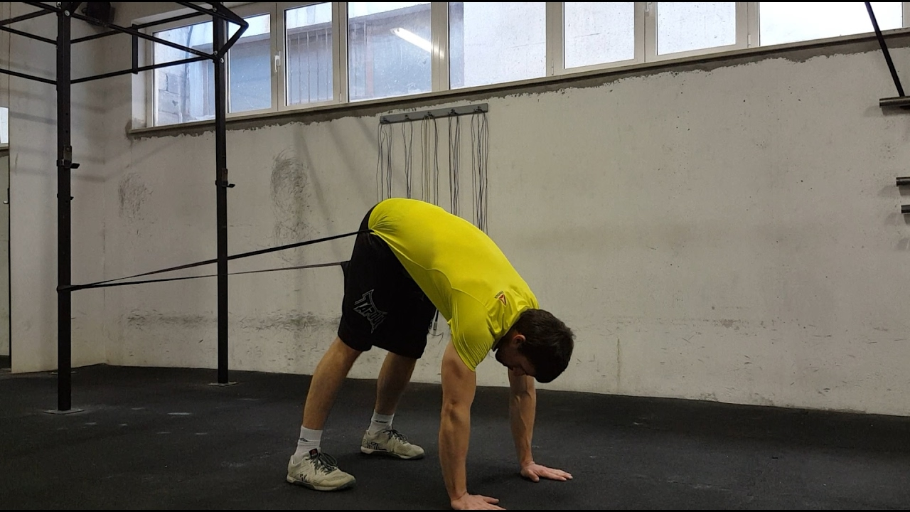 CrossFit Level 2 trener Ivan Račić demonstrira ispravno izvođenje istezanja istezanja lože uz pomoć gume - Banded High Hamstring Stretch