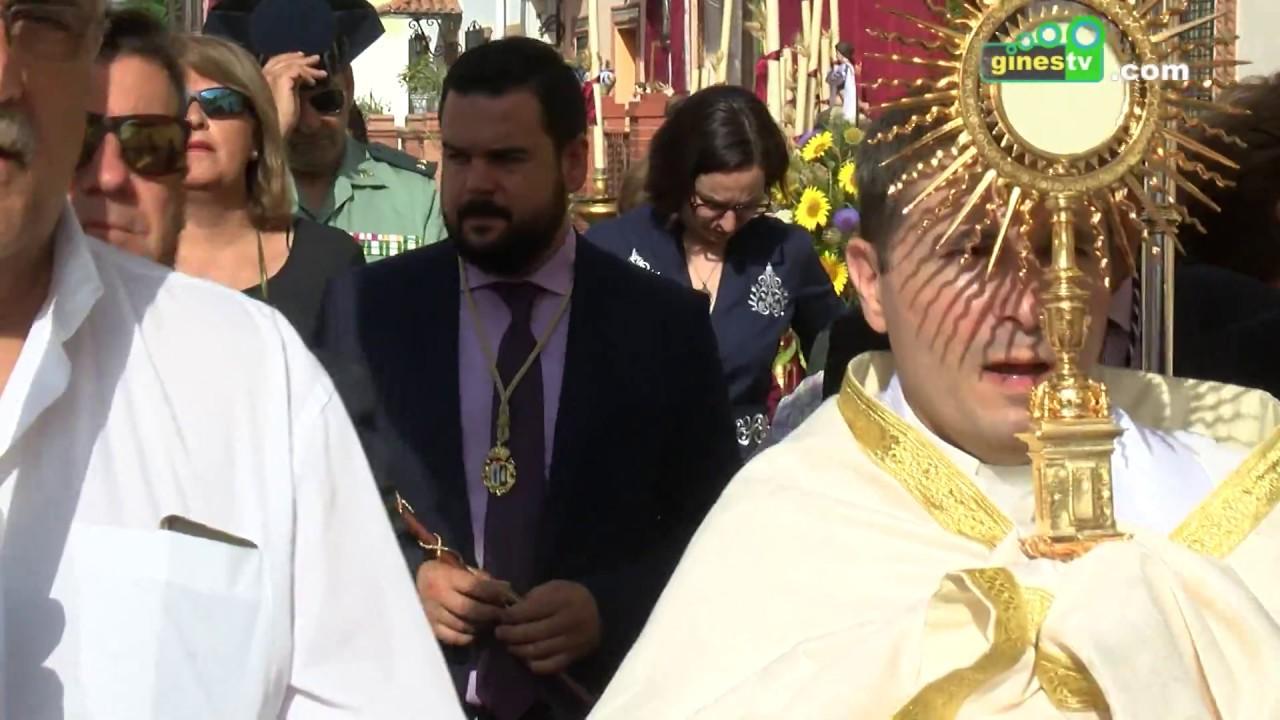 Gines se vistió de gala con motivo de la procesión del Corpus Christi, fiesta local en el municipio