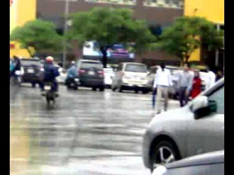 Congdongvip com   4 xế hộp  cắn nhau  trên đường Hà Nội