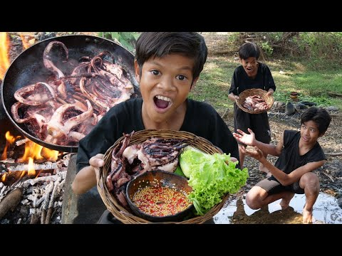 Primitive Technology - Man cooking squid and eating with kili Part 038