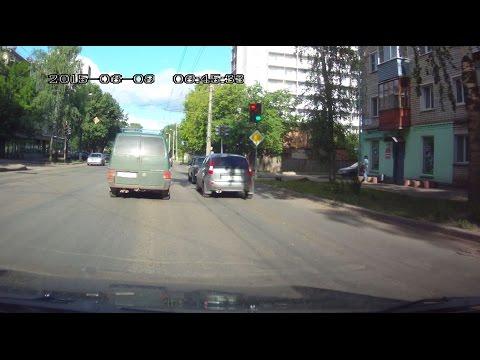 Светофор показывает и красный и зеленый цвет одновременно. Сломанный светофор.