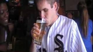 Facet wypija duże piwo duszkiem w 2 sekundy zakładając się o buziaka z ładnymi dziewczynami