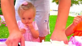 Papá y mamá olvidaron el cumpleaños de la pequeña niña Eva