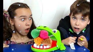 Дети играют с игрушкой крокодилом и песенкой про Джонни