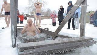 Традиции праздника. В Ревде прошли крещенские купания. Видеосюжет