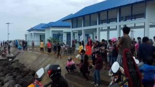 Begini Suasana Ratusan Warga Bone Terapi Air Laut di Pelabuhan Bajoe