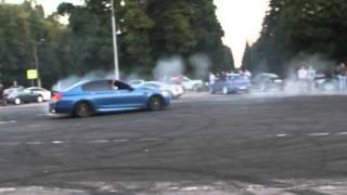 BMW M5 F10 дрифт валит боком в Москве(Только самые интересные видео в мире дрифта, автомобилей и гонок!! Подписываемся: https://www.youtube.com/channel/UCMNujfM4nmb6_..., 2016-02-15T13:19:56.000Z)