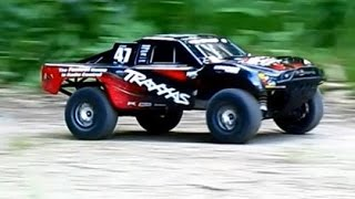 On The Run // Traxxas Slash 4x4 vs. Thunder Tiger E-mta [HD]