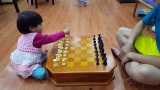 Bố dạy con gái xếp quân cờ vua trước khi chơi
