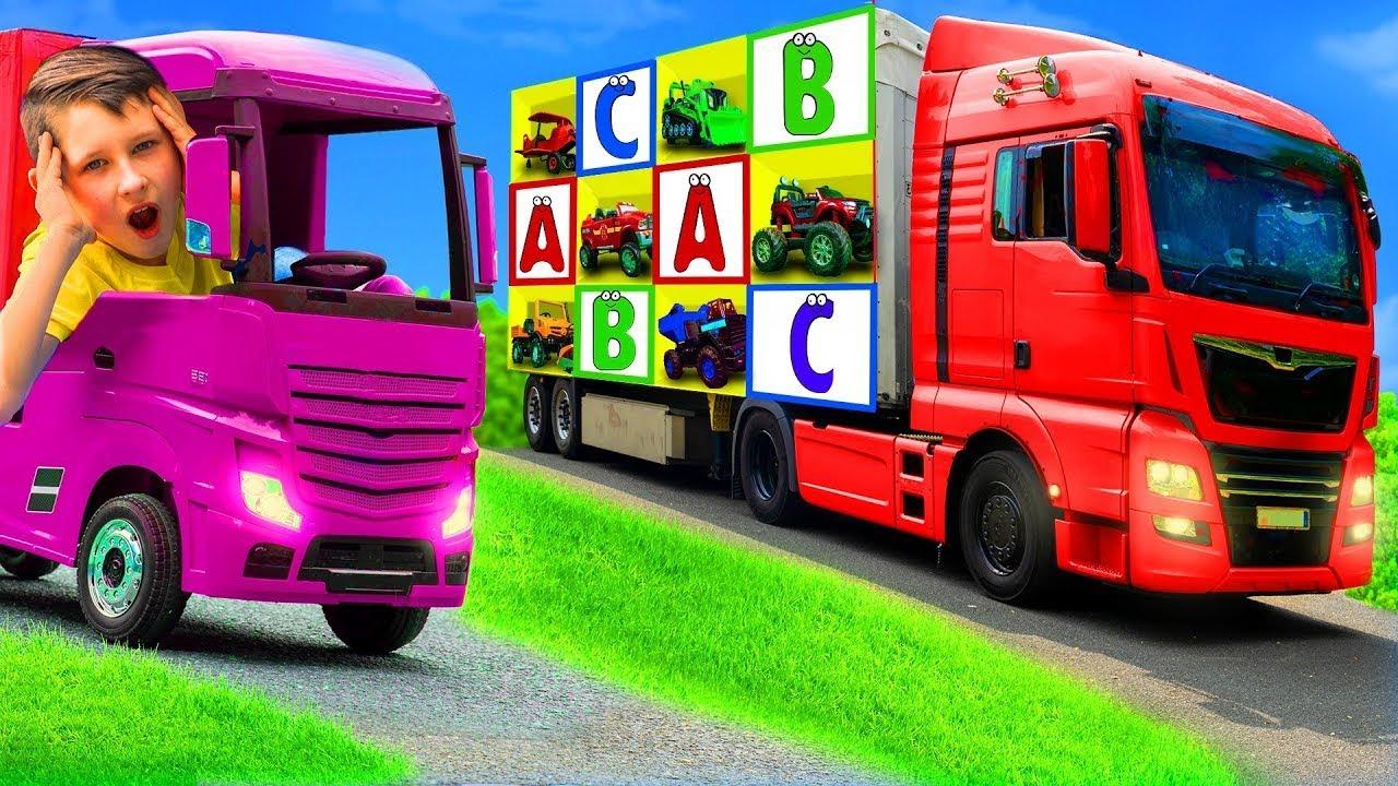 Crianças aprendem o alfabeto e brincam com carrinhos de brinquedo