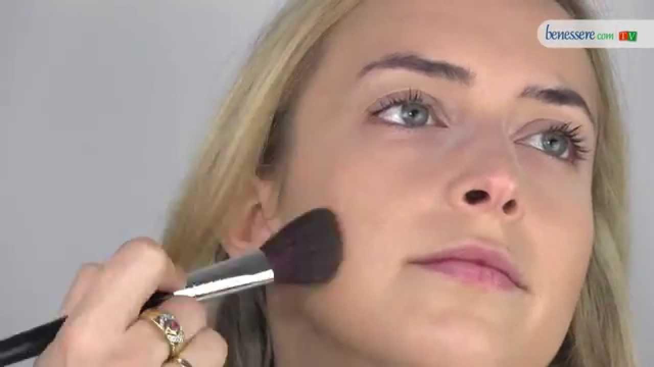Tutorial di make-up  stendere la base perfetta per ogni trucco - YouTube c8659a87880