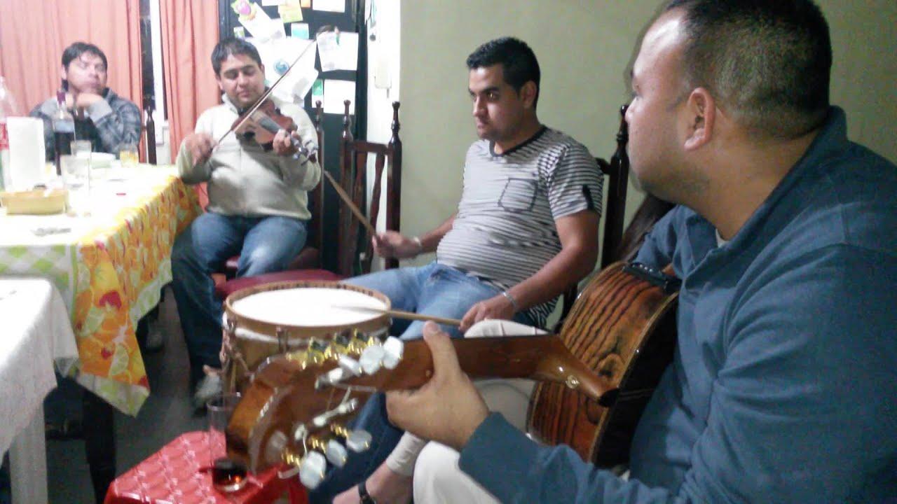 amigos guitarreando