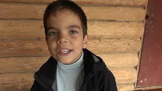 Малыш играет с большим трактором, закапывает яму песком и распаковывает новый трактор