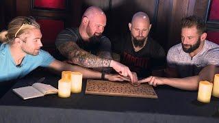 WWE Superstars halten eine gruselige Séance ab