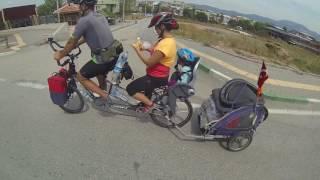 Şehirler arası tur yapan çekirdek aile..