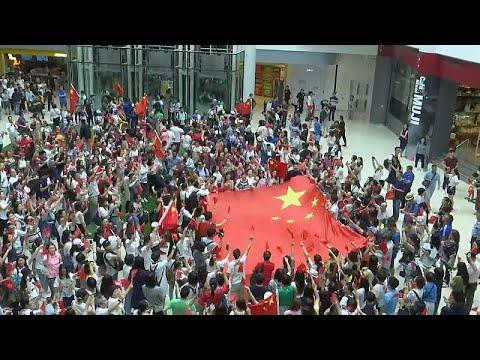 يورو نيوز:شاهد: محتجون موالون للحكومة في هونغ كونغ يرددون النشيد الوطني مرارا…
