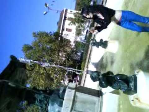 Misa qui fait joue-joue dans la fontaine..