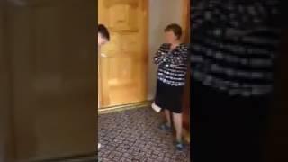 Мама учит сына правильному