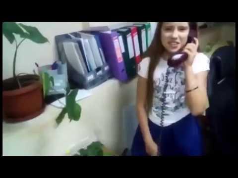 Девочка не знает как звонить по дисковому телефону