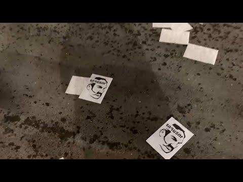 Փաշինյանի երթի մասնակիցների ոտքերի տակ «հողատու» գրությամբ թռուցիկներ են