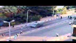 Un jeune homme saute par-dessus le blindé militaire- scène historique de la révolution égyptienne