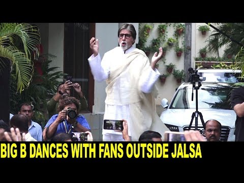 Amitabh Bachchan dances with Fans Outside his house Jalsa