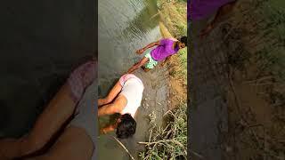 मछली पकड़ना   खाली हाथों से