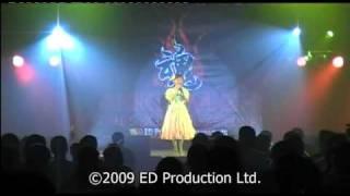 """堀江美都子2009年2月7日於香港獻唱""""小仙地(サンディベル)""""的主題曲."""