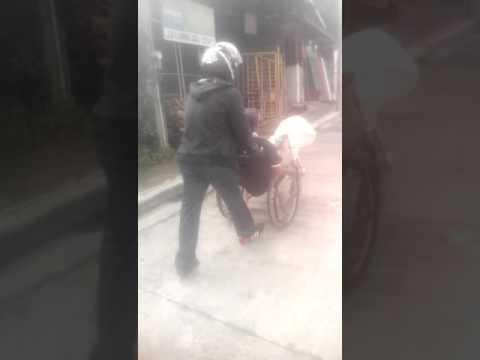 Si lolo nasa gitna ng kalsada kasi sira ang wheel chair.