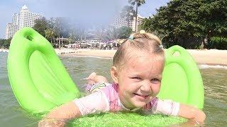 Емілі Фемілі і великі надувні іграшки у моря / Дитячі ігри на пляжі