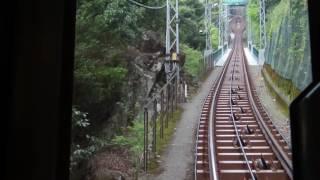 大山ケーブルカーの前方を撮った動画です。 大山ケーブル駅から途中駅の...