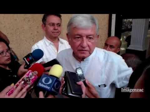 López Obrador levanta a una reportera que cayó a sus pies