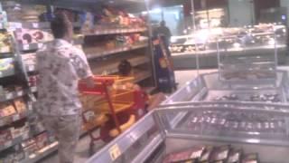 С деца в магазина