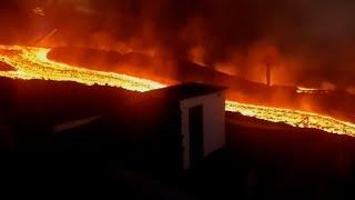 Los ríos de lava del volcán de La Palma continúan arrasando a su paso