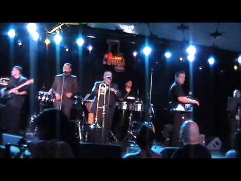 Ver Video de Willie Colon Willie Colon at The Conga Room - Hector Lavoe medley