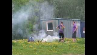 Молодые люди жарят шашлык на мангале. Бабаевский пруд