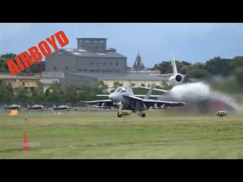 Boeing F/A-18 Flight Demonstration - Farnborough Airshow 2016 (Tuesday)