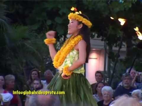 pretty-hula-dancers,-waikiki-beach,-hawaii,-usa