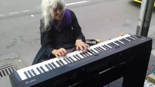 流浪老奶奶看到路边的钢琴就弹了起来,结果路人全听呆了!