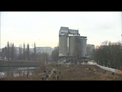 No Comment TV: Spectacular demolition of four large silos in Poland