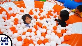Bermain Mandi Bola Banyak dan Trampolin Perosotan Besar di Wahana Bermain Anak