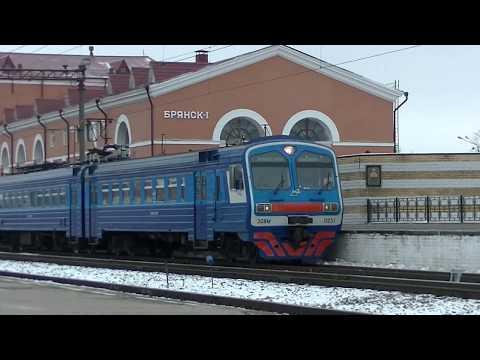 Электропоезд ЭД9М-0251 отправляется со станции Брянск-Орловский.