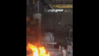 Ботинок в огне(Ботинок Delta Fusion S3 SRC помещают в расплавленный алюминий на 6 секунд, температура металла - 1400 °C. Несмотря на..., 2015-09-08T14:13:45.000Z)