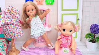 Doll big sisters helps her baby sibling with morning routine! Play Dolls