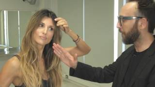 O hair colorist Nικόλας Βιλλιώτης δείχνει τις τεχνικές για να αποκτήσετε το χρώμα των μαλλιών της thumbnail