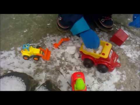 Vladislav` kids videos. Машинки чистят снег. Игры во дворе.