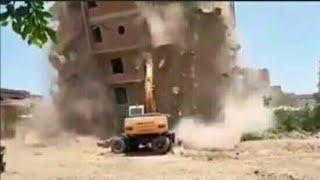 لحظة إنهيار مبنى على جرافة أثناء عملية الهدم في الجيزة | شاهد !!