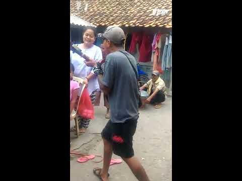 Pengamen ini menyanyikan lagu yang menyinggung masalah di INDONESIA!!