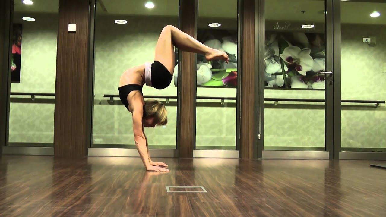 гимнастки раздеваются и демонстрируют гибкость тела