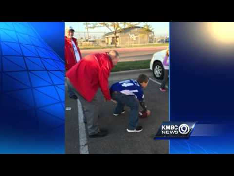 Hall of Fame QB Len Dawson takes snap from 10-year-old